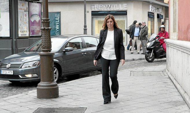 Susana Díaz camina por la Plaza de San Francisco de Sevilla.