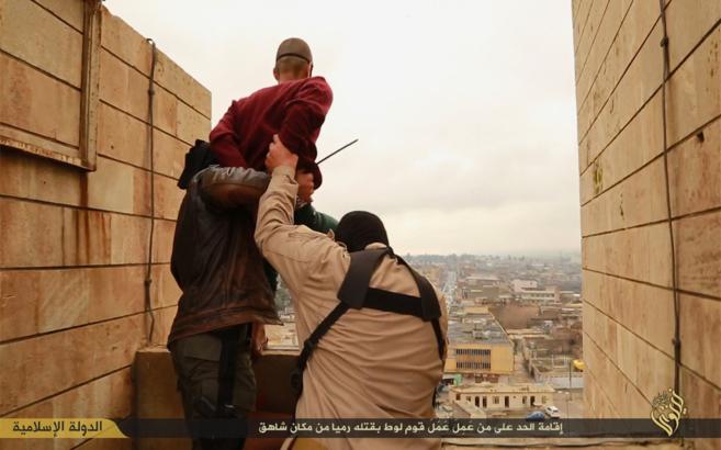 Dos miembros del Estado Islámico lanzan desde un edificio a un joven...