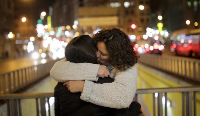Laura abraza a su esposa María, junto a quien denuncia que son objeto...