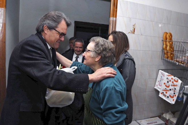 El presidente de la Generalitat, Artur Mas, saluda ayer a una vecina...