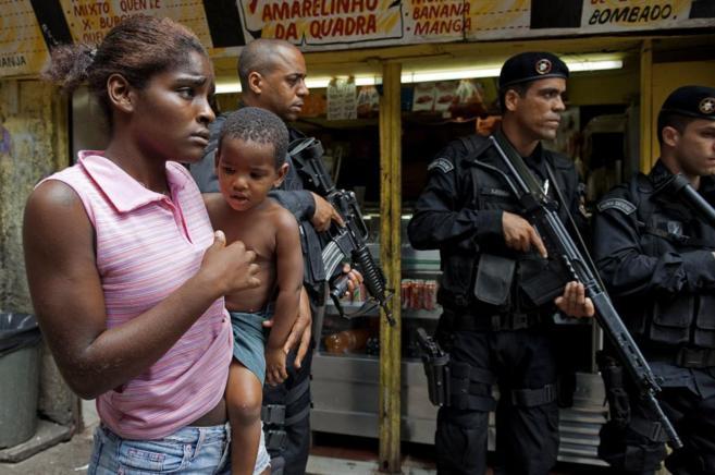 Foto del año 2009 que muestra a una mujer y su hijo frente a tres...