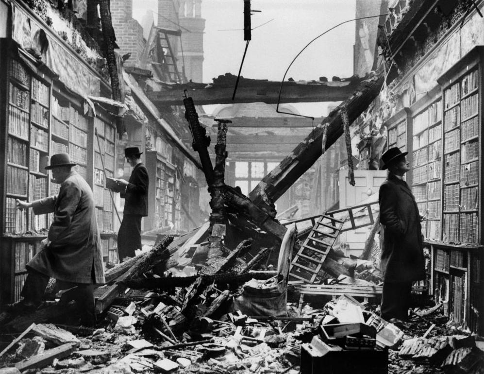 Ruinas de la biblioteca Holland House en Londres, en 1940, durante uno...