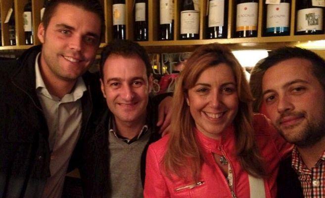 Susana Díaz y su marido (segundo por la izquierda) con otros dos...