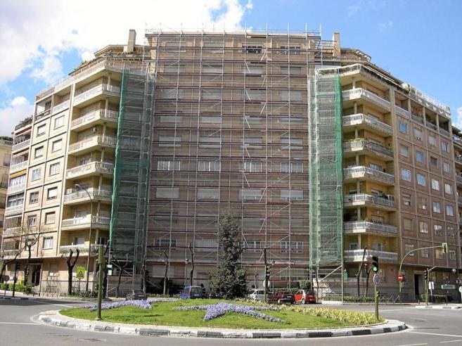Imagen de archivo de un edificio con actividades de rehabilitación en...