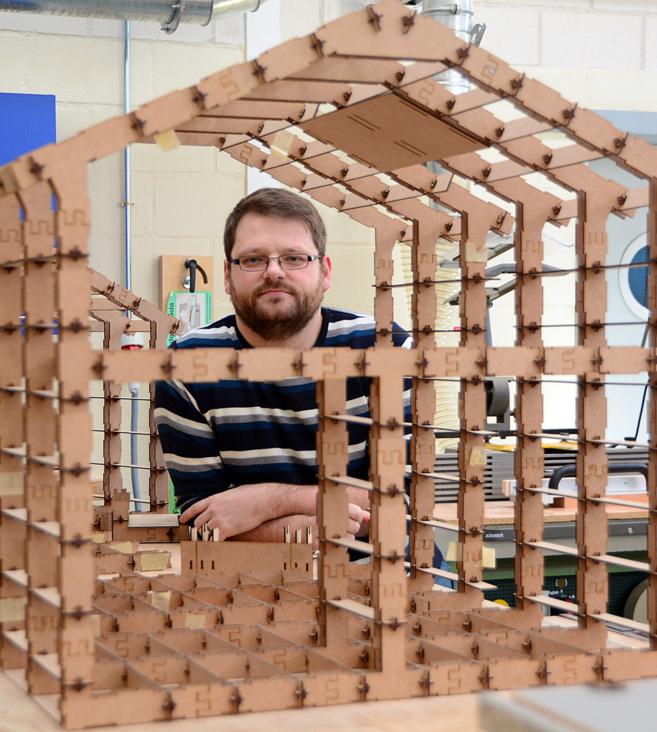 David Galve Romero junto a una maqueta de vivienda WikiHouseESP.