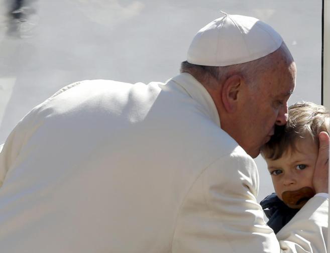 El Papa Francisco bes a un niño en la plaza de San Pedro del...