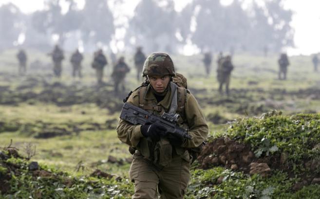 Un soldado israelí, junto a los Altos del Golán cercanos a Siria.