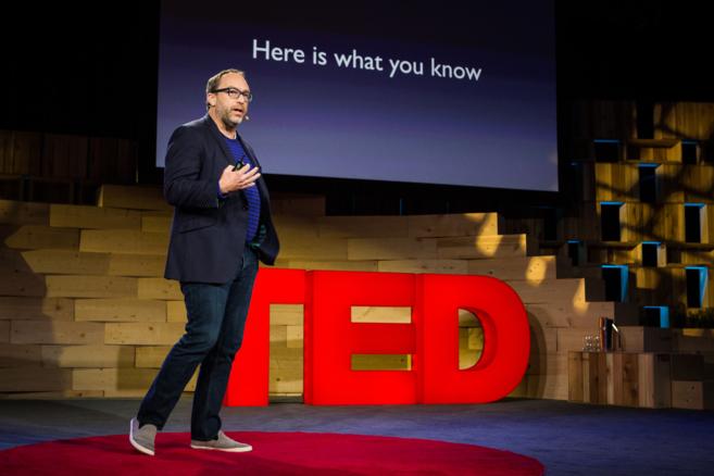 Jimmy Wales, fundador de Wikipedia, en una charla del TED.