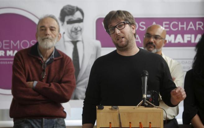 Miguel Urban, acompañado del doctor Luis Montes, hoy en el acto de...