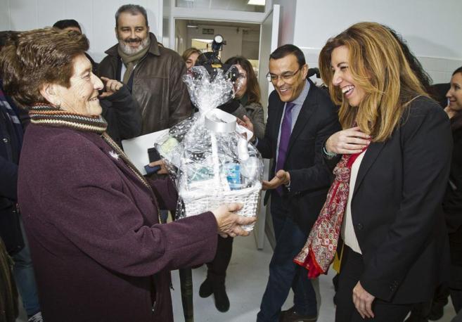 Díaz recibe una canastilla tras la inauguración de la ampliación de...