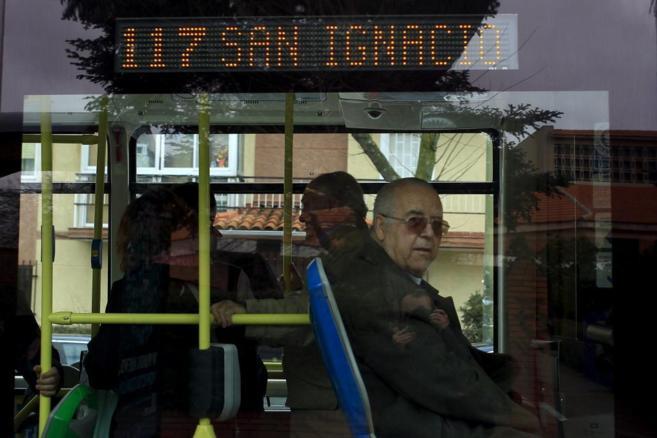 Viajeros de la Línea 117 de la EMT de Madrid.