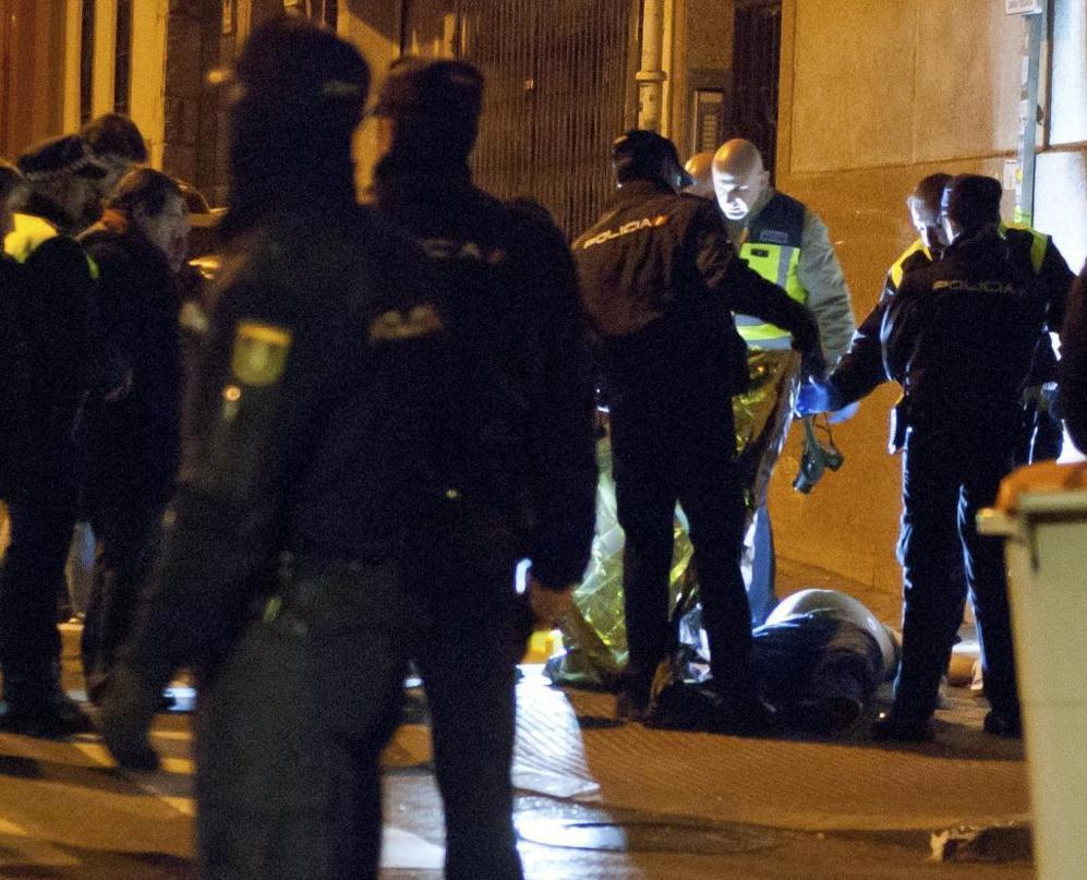 Agentes de Policía, junto al cadáver del hombre asesinado este...