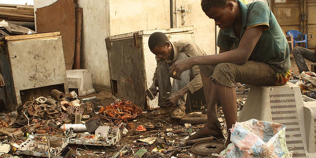 Dos hombres trabajan en el basurero tecnológico de Agbogbloshie, en...