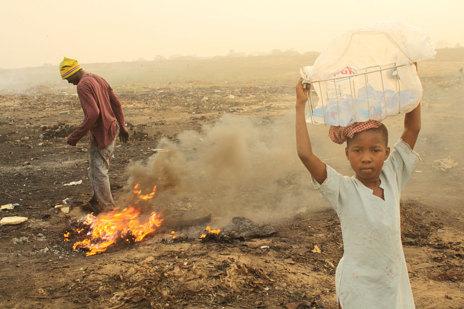 Mary, como otras muchachas, vende agua a los trabajadores de Agbogbloshie no sólo para beber sino además para enfriar más rápidamente los metales recién quemados.