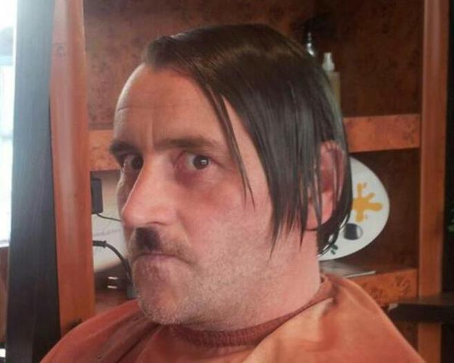 El fundador de Pegida, Lutz Bachmann, posa con el peinado y el bigote...