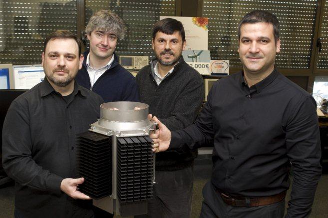Parte del equipo de AEInnova, con el prototipo de sistema de...