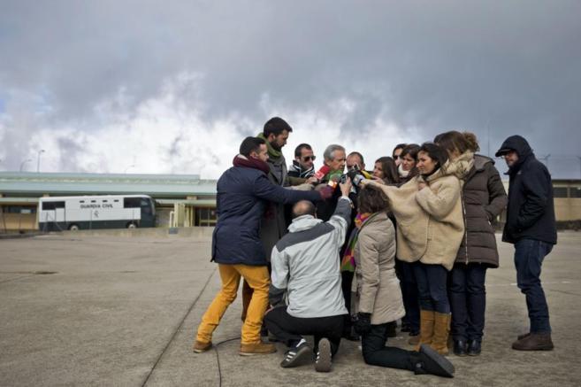 Gómez de Liaño atiende a los periodistas tras visitar a su todavía...
