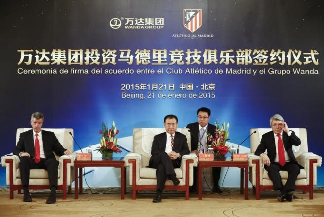 Wang Jianlin con Miguel Ángel Gil, consejero delegado del Atlético,...