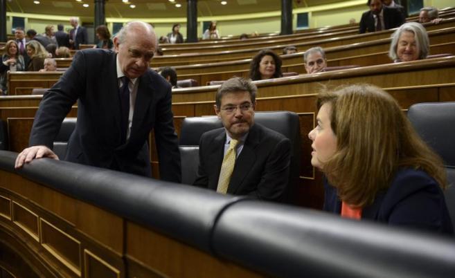 La vicepresidenta del Gobierno, Soraya S. de Santamaría, junto al...