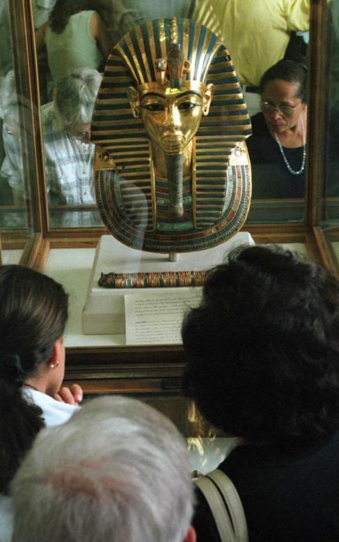 Turistas contemplan la máscara de oro del rey Tutankamon, expuesta en...