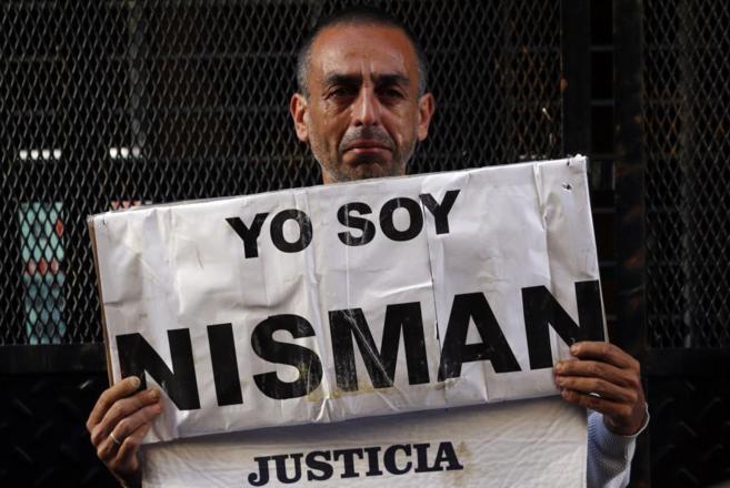 Marcelo Novillo, cuyo hijo fue asesinado, llora mientras muestra su...
