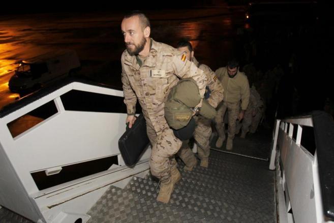 Los militares ayer en el momento de embarcar en el avión que les...