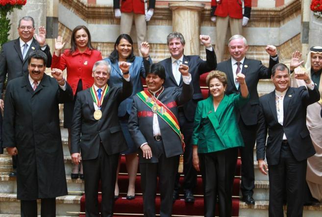 Evo Morales (centro), el vicepresidente Álvaro García Linera (a su...