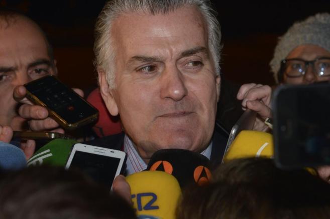 Luis Bárcenas responde a las preguntas de los periodistas tras salir...