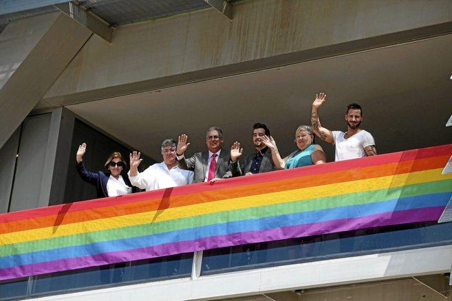 El alcalde,con los responsables de la organización del festival...
