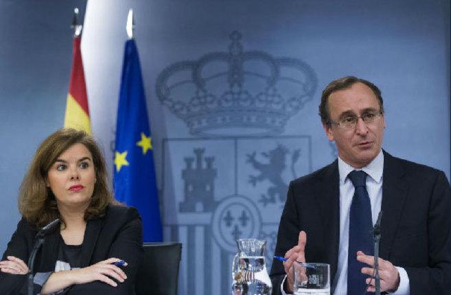 El ministro de Sanidad, junto a la vicepresidenta del Gobierno tras la...