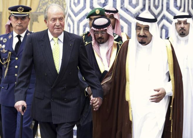 El rey emérito Juan Carlos de Borbón acompañado de Salman durante...