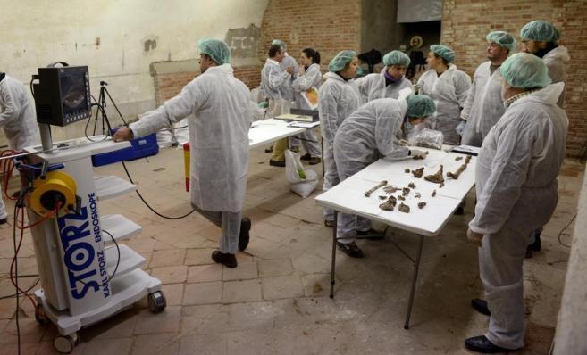 Comienzan a extraerse restos óseos de la cripta donde se busca a...