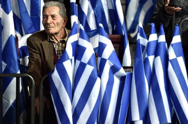 Un simpatizante de Nueva Democracia, en el mitin de Samaras.