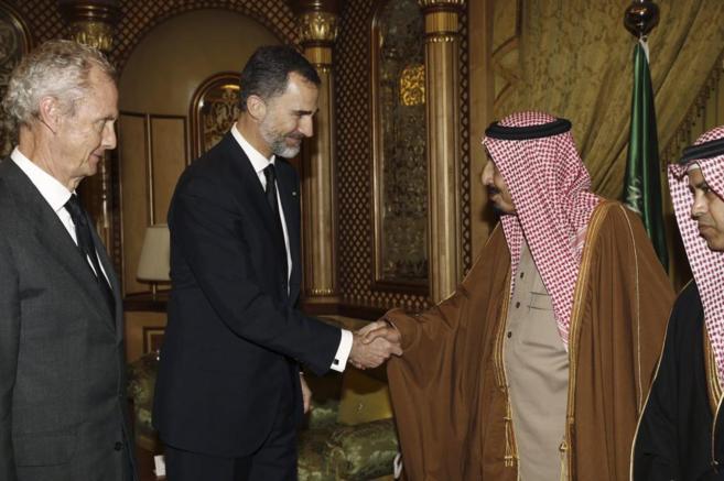 El Rey junto a Morenés traslada sus condolencias al nuevo rey saudí,...