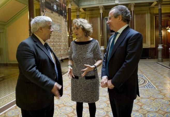 La diputada del Icab, Merce Claramunt, habla con el decano Oriol Rusca...
