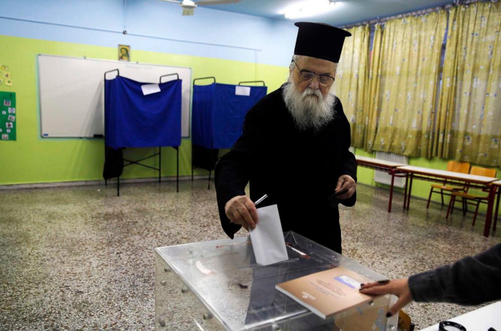 Un sacerdote ortodoxo griego vota en uno de los colegios electorales...