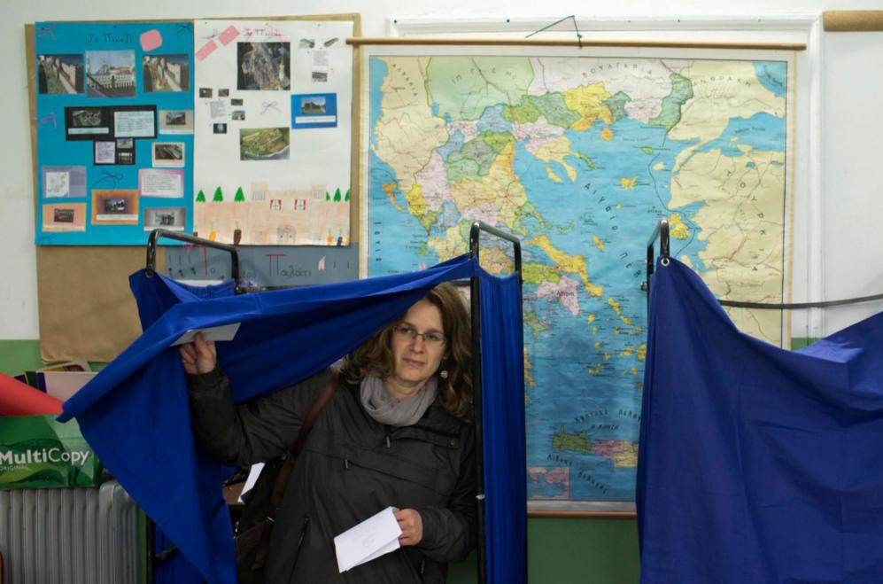 Una mujer sale de una de las cabinas electorales. 9.8 millones de...