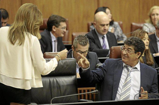 El vicepresidente de la Junta, Diego Valderas, charlando en el...