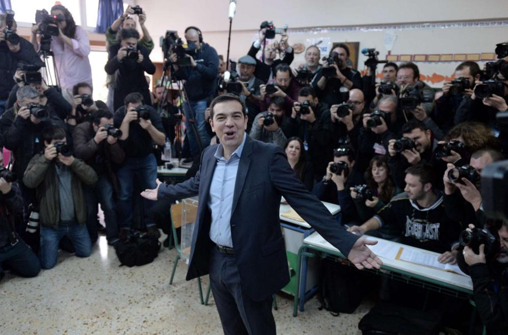 Alexis Tsipras, líder de la favorita Syriza, posa para una nube de...