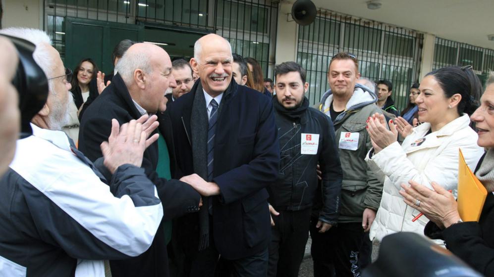 El ex primer ministro Papandreu aplaudido por sus partidarios al salir...