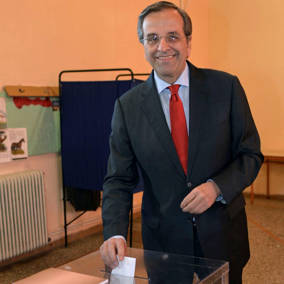 El primer ministro, Antonis Samaras, vota esta mañana en la localidad...