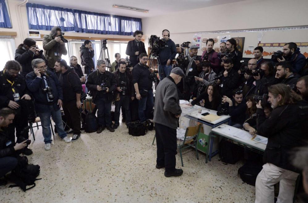 Un hombre vota a primera hora en el colegio electoral de Alexis...