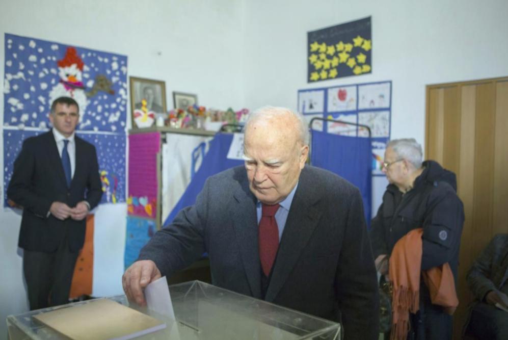 El presidente griego, Karolos Papoulias, arroja voto en una mesa...