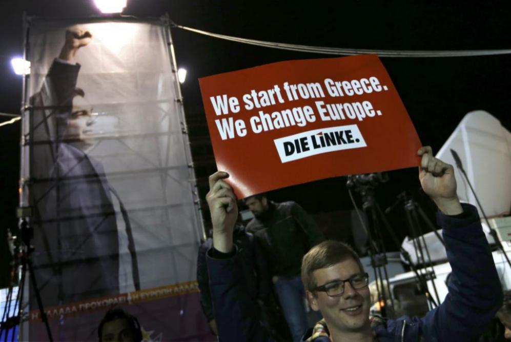 Un partidario de Syriza espera fuera de su sede de campaña en Atenas.