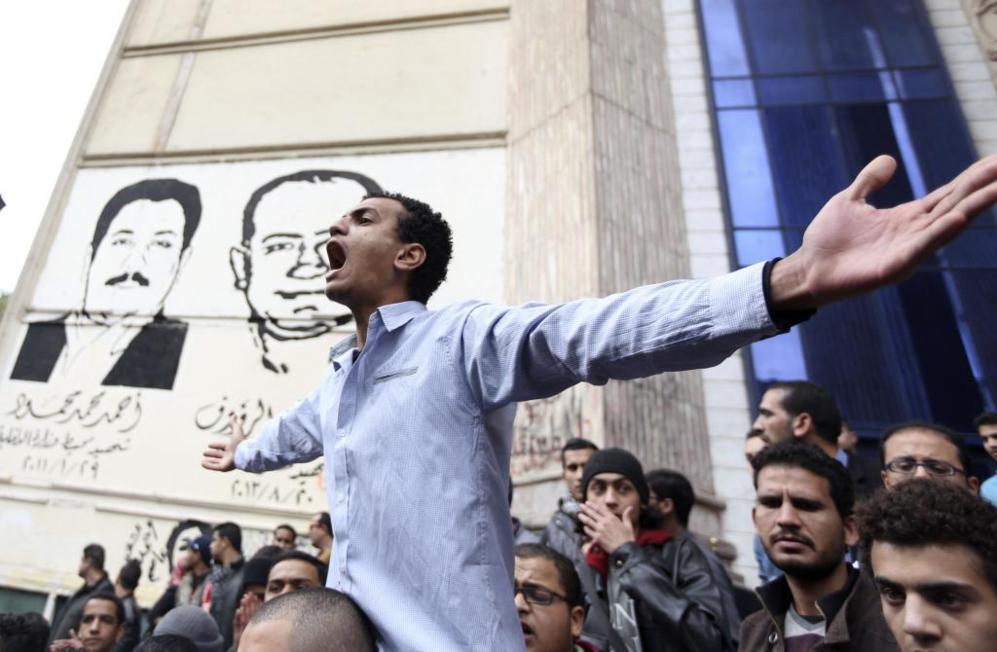 Un manifestante grita consignas en contra del Gobierno en El Cairo.