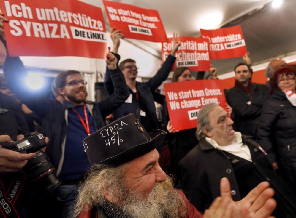 Los partidarios de Syriza alegres en su sede de campaña en Atenas.