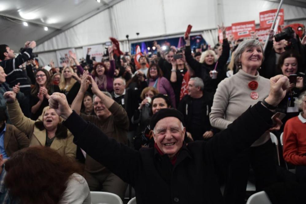 Partidarios de Syriza celebran después de las primeras encuestas en...