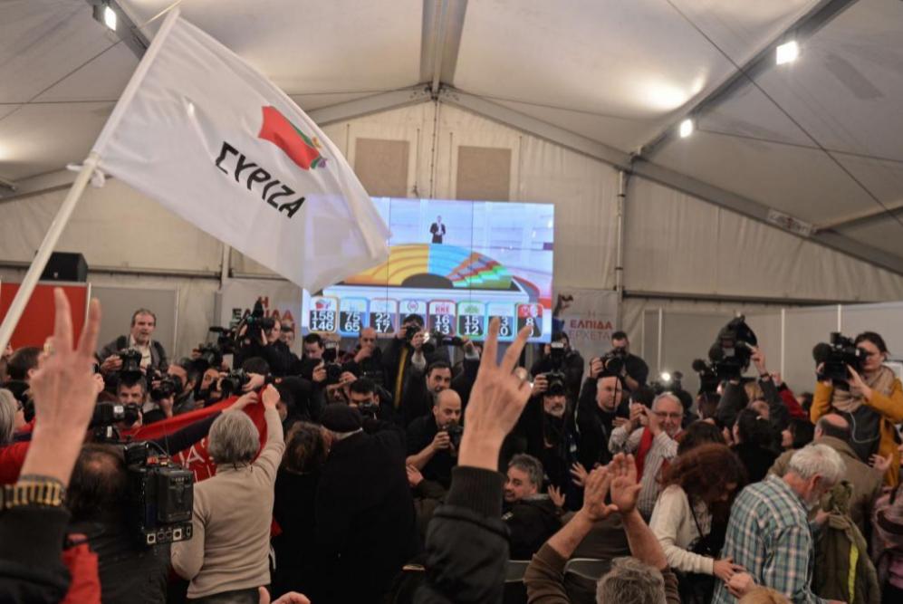Mucha alegría entre los seguidores de Syriza al conocer los primeros...
