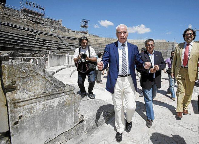 El consejero de Cultura, Luciano Alonso, en una visita a Itálica.