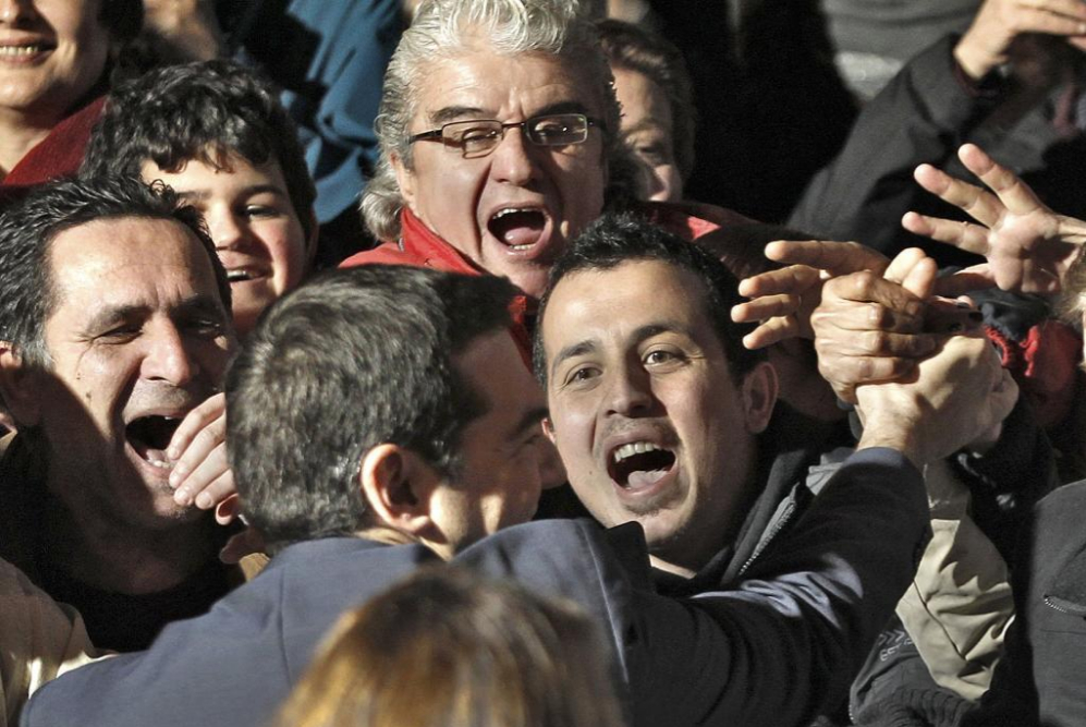 Alexis Tsipras es saludado por seguidores fuera de su sede de campaña...